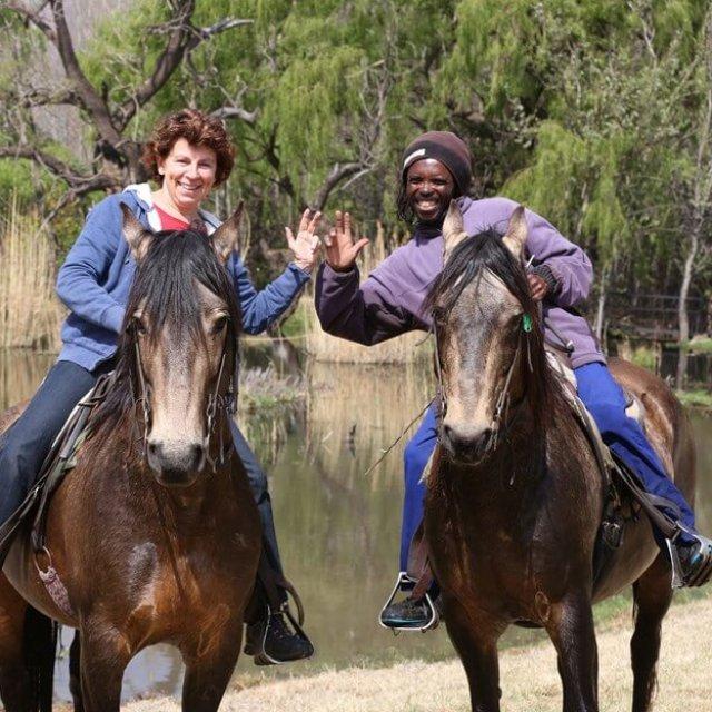 Die Autorin Gabriele Kärcher mit Pferdetrainer Sampi in Moolmanshoek, Südafrika. Foto: G. Kärcher